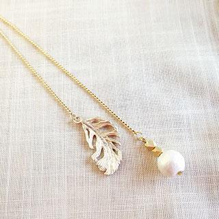 羽とコットンパールのY字ロングネックレス * kokomomo