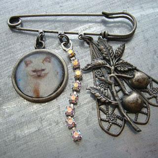 ネコとフルーツのキラキラブローチ*Luna Antique*