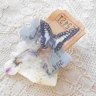 コラージュブローチ「旅する蝶々と秘密の鍵」*Luna Antique*