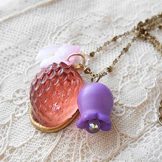 イチゴとお花のネックレス *Luna Antique*