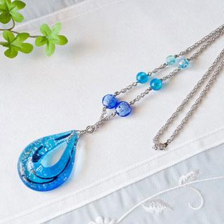涙型ガラスのペンダント(ブルー系) * 遅咲きの花*